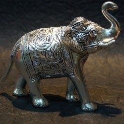 Elephant with its trunk lifted aluminium idol
